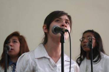"Mercy & Debora -IDDPMI ""Monte Carmelo"" singing the devotional"