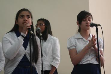 "Mercy, Any, & Debora -IDDPMI ""Monte Carmelo"" singing the devotional"